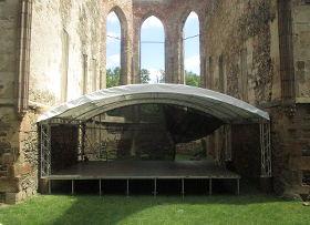 Pódium se sníženou výškou v areálu Rosa coeli v Dolních Kounicích