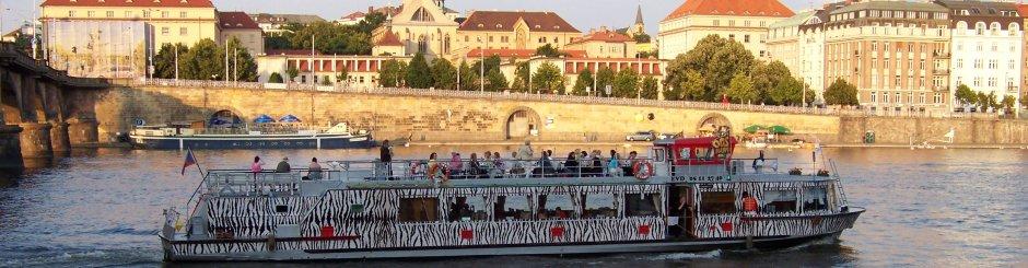 Praha lodí po Vltavě