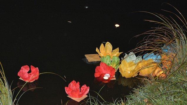 VYPOUŠTĚNÍ VODNÍCH LAMPIONŮ na řeku Vltavu