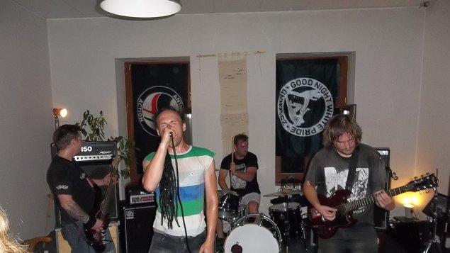 Hudba v atriu - punk: The Suterén, Dekasta