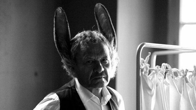 Muž so zajačími ušami