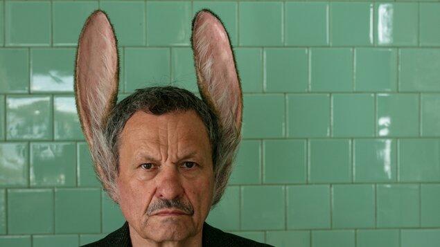 Muž se zaječíma ušima